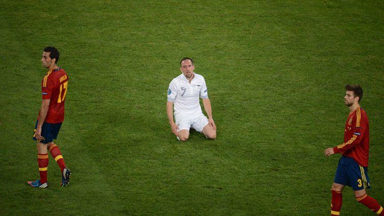 Alvaro Arbeloa et Gérard Piqué (Espagne) encerclent Franck Ribéry (France) lors du quart de finale de l'Euro 2012 perdu par les Bleus (2-0)