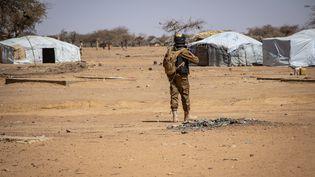 Un soldat burkinabè en mission de protection devant le camp de Goudebo. Ce camp situé à Dori, au Burkina-Faso accueille 8000 réfugiés ayant fuit les attaques djihadistes au Mali. Le 3 février 2020. (OLYMPIA DE MAISMONT / AFP)