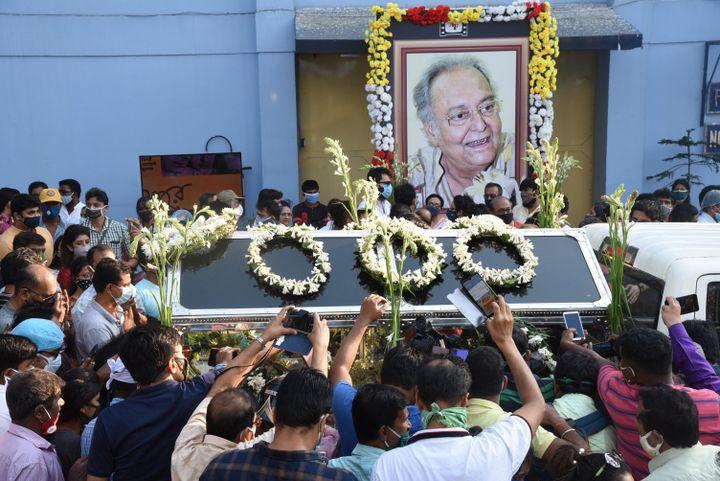 L'Inde a rendu un vibrant hommage à l'acteur lors de ses funérailles, le 15 novembre. (SONALI PAL CHAUDHURY / NURPHOTO)