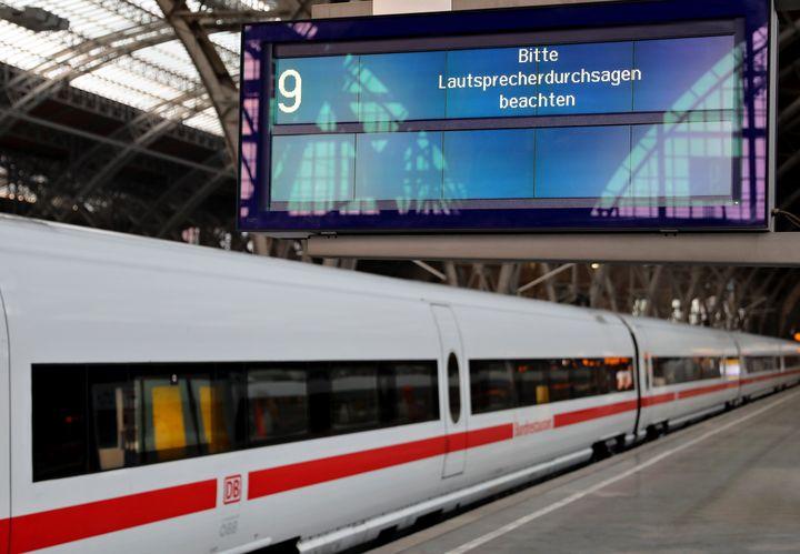 Des panneaux d'affichage affichant un message d'erreur, le 13 mai 217 à la gare de Leipzig (Allemagne), en raison de la cyberattaque WannaCry. (JAN WOITAS / DPA / AFP)