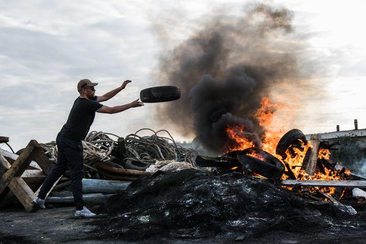 Des grévistes bloquent le dépôt pétrolier de Donges (Loire-Atlantique), le 25 mai 2016. (MARION VACCA / WOSTOK PRESS / MAXPPP)