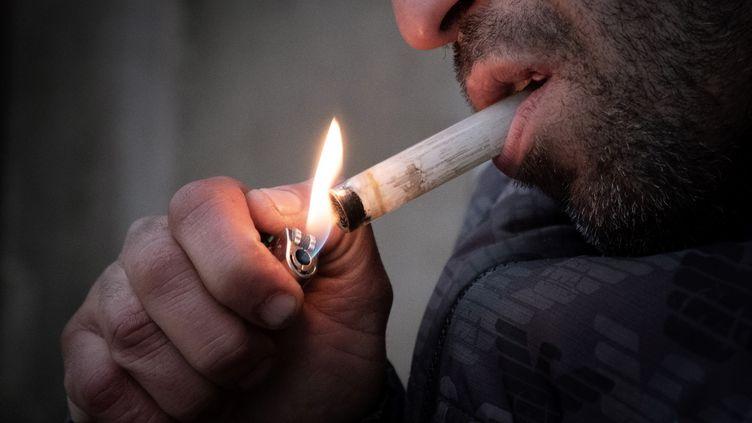 Un consommateur de crack de la place Stalingrad à Paris, photographié le 2 décembre 2020. (JOEL SAGET / AFP)
