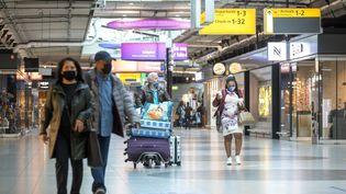 Des voyageurs dans les allées de l'aéroport deSchiphol(Pays-Bas), le 15 mai 2021. (EVERT ELZINGA / ANP / AFP)