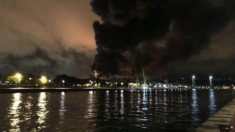 L'usine de produits chimiques Lubrisol à Rouen en proie aux flammes, dans la nuit du 25 au 26 septembre 2019. (THOMAS SCHONHEERE / RADIOFRANCE)