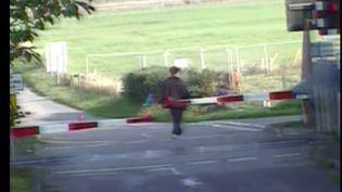 Capture d'écran montrant un homme qui passe les barrières juste avant l'arrivée du train, dans une vidéo diffusée par la police britannique. (DEVON SECURITY / YOUTUBE)