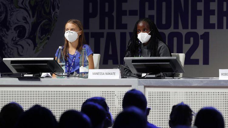 La militante écologiste suédoise Greta Thunberg et Vanessa Nakaté, militante ougandaise pour la justice climatique, au sommet des Jeunes sur le changement climatique à Milan mardi 28 septembre. (MATTEO BAZZI / ANSA)