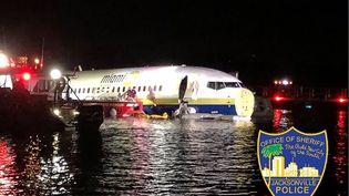 Un Boeing 737 après son atterrissage dans la rivière Saint John à Jacksonville, en Floride, le 3 mai 2019. (HO / JACKSONVILLE, FLORIDA SHERIFF'S / AFP)