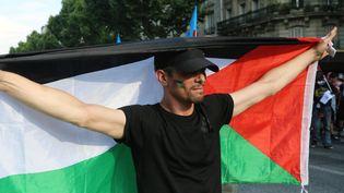 Un manifestant pro-palestinien défile dans les rues de Paris, le 1er août 2014. (ANTHONY DEPERRAZ / CITIZENSIDE / AFP)