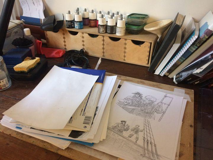 Dans l'atelier deMarc-Antoine Boidin, dessinateur de bande-dessinéeet vice-président du Syndicat national des auteurs et des compositeurs (Snac), en avril 2018. (ARIANE GRIESSEL / FRANCEINFO)