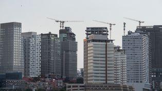 Grands immeubles en construction à Luanda, capitale de l'Angola, le 10 novembre 2018 (RODGER BOSCH / AFP)