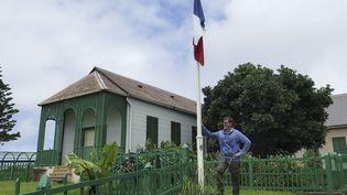 MichelDancoisne-Martineau devant la dernière résidence de Napoléon, en mars 2015. (JEAN LIOU / AFP)
