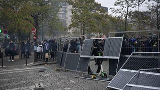"""Un an après le début du mouvement des """"gilets jaunes"""", la journée anniversaire du mouvement samedi 16 novembre a été marquée par des violences à Paris, qui ont amené les autorités à interdire la manifestation place d'Italie. (MARTIN BUREAU / AFP)"""