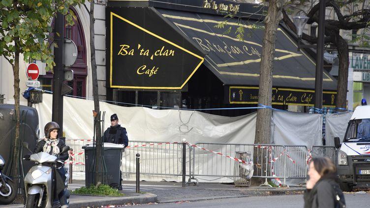 Un policier monte la garde devant le Bataclan, à Paris, le 18 novembre 2015, cinq jours après les attentats qui ont touché Paris. (DOMINIQUE FAGET / AFP)