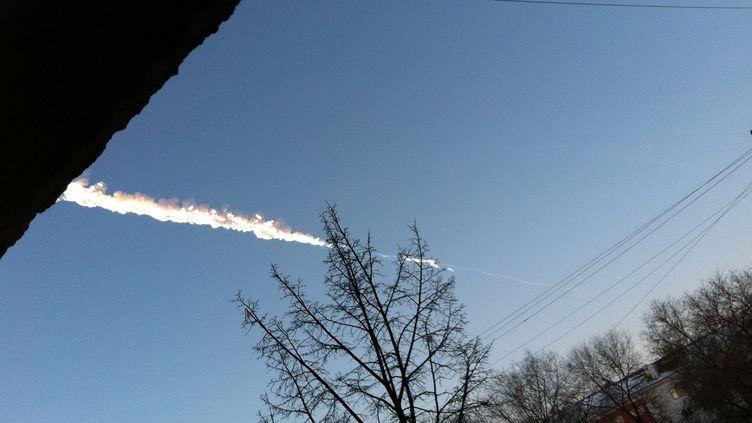 La traînée laissée par la chute d'une météorite, le 15 février 2013 dans la région deChelyabinsk, en Russie. (ANTON YEMELYANOV / RIA NOVOSTI / AFP)