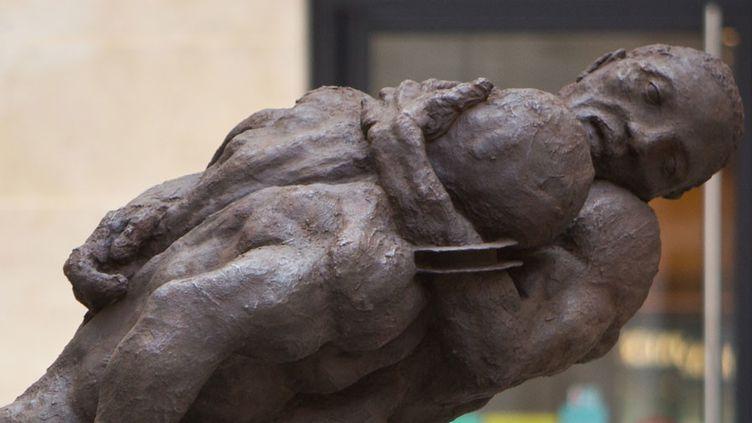 """""""Un couple de lutteurs"""" d'Ousmane Sow (série des Nouba), bronze, installé place de Valois (Paris 1er)  (J.B. Gurliat / Ville de Paris)"""
