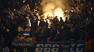 Le groupe de supporters Bad Blue Boys, du Dinamo Zagreb, lors d'un déplacement à Londres, le 6 novembre 2008. (IAN KINGTON / AFP)