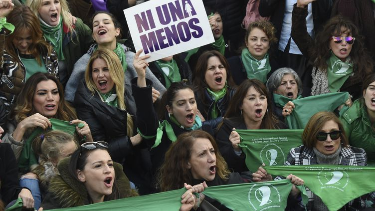 Des militants pro-avortement manifestent devant le Congrès argentin, le 3 juin 2018. (EITAN ABRAMOVICH / AFP)