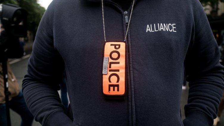 Un policier le 12 juin 2020 devant le ministère de l'Intérieur. (MICHAEL BUNEL / LE PICTORIUM / MAXPPP)
