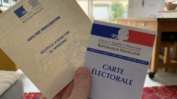 Une carte d'électeur et un récépissé de vote par procuration, à Clichy (Hauts-de-Seine), avant lepremier tour des municipales, le 11 mars 2020. (MAXPPP)
