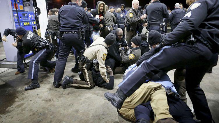 La police essaye de contrôler la foule, après la mort d'un jeune Noir à Berkeley (Missouri, Etats-Unis), le 24 décembre 2014. (DAVID CARSON / AP / SIPA)