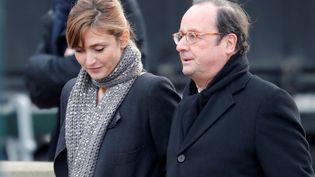 Julie Gayet et François Hollande arrivent aux funérailles de Johnny Hallyday, le 9 décembre 2017, à Paris. (CHARLES PLATIAU / REUTERS)