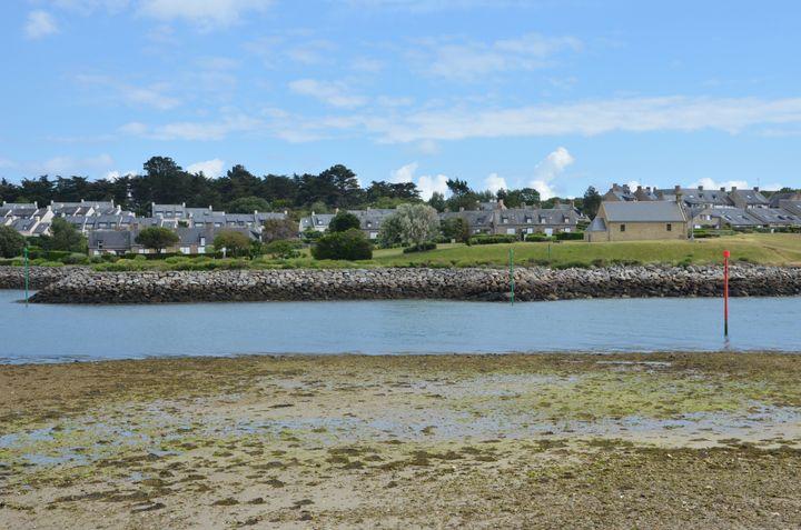 Un lotissement aux volets clos, le 12 juin 2019 à Arzon (Morbihan). (THOMAS BAIETTO / FRANCEINFO)
