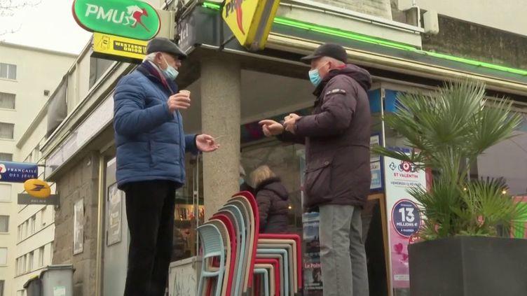 Afin de survivre à la crise économique, un buraliste breton a dû trouver un deuxième emploi. Il travaille désormais dans un supermarché tous les après-midis. (France 3)