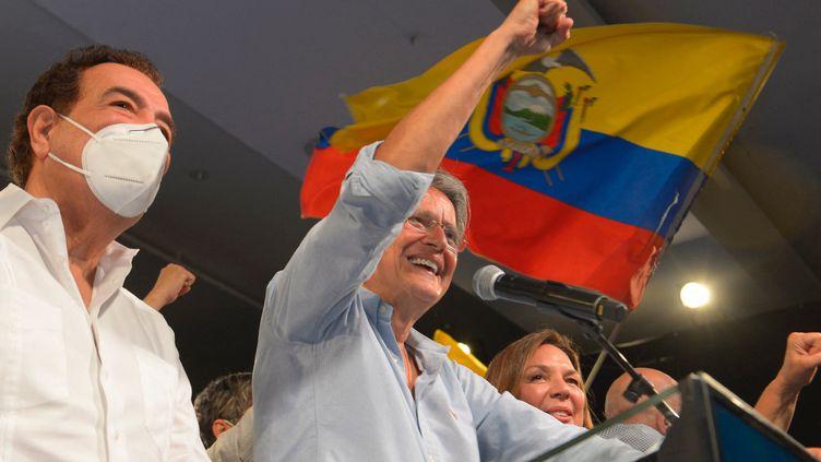 Guillermo Lasso célèbre sa victoire aux élections présidentielles en Equateur, le 11 avril 2021 àGuayaquil. (FERNANDO MENDEZ / AFP)