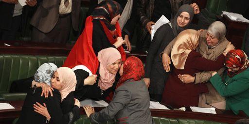 Des députés se congratulant à l'Assemblée nationale après l'adoption du texte constitutionnel le 26 janvier 2014. (Reuters - Zoubeir Souissi)