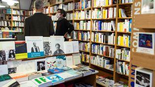 """La première sélection du prix Goncourt a été décalée en raison de la pandémie qui a """"gravement perturbé les parutions de livres et les ventes en librairies"""". Apres deux mois de confinement, la librairie du quartier St Aubin à Toulouse rouvre et accueille ses clients. (MATTHIEU RONDEL / HANS LUCAS)"""