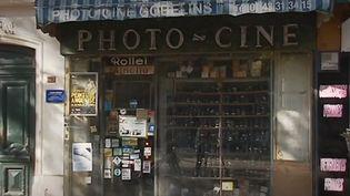 Cette institution parisienne, et dernière de son genre, met fin à ses activités de vente de matériel phographique argentique dans le 13e arrondissement de Paris. Une vente aux enchères a eu lieu, lundi 16 septembre 2019. (FRANCE 3)