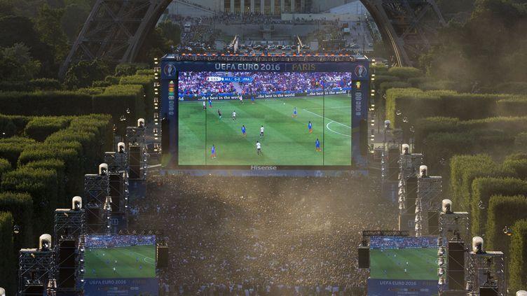 La fan zone, à Paris, pendant l'Euro 2016. (GEOFFROY VAN DER HASSELT / AFP)