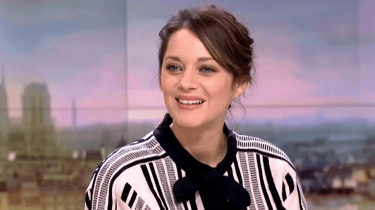 """Marion Cotillard invitée sur le plateau de France 2 pour présenter """"Mal de pierres"""", le nouveau film de Nicole Garcia  (France 2 / Culturebox)"""