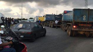 Un barrage bloque un accès sur une route de Guyane. (GUYANE 1ERE)