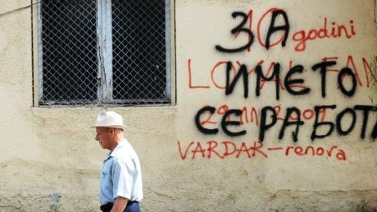 """A Skopje, un graffiti annonce la couleur: """"It's about the name"""", en rapport avec les blocages grecs autour du nom de la Macédoine. (ROBERT ATANASOVSKI / AFP)"""