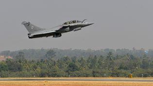 Un Rafale français décolle d'une base indienne à Bangalore (Inde), le 18 février 2015. (MANJUNATH KIRAN / AFP)