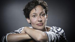 """Alice Zeniter a reçu le prix Landerneau des lecteurs pour """"L'art de perdre"""" (Flammarion), le 28 septembre 2017.  (JOEL SAGET / AFP)"""