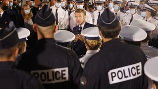 Le chef de l'Etat Emmanuel Macron a échangé avec des policiers à Marseille, le 1er septembre 2021. (LUDOVIC MARIN / AFP)