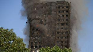 Immeuble en feu à Londres, le 14 juin 2017. (DANIEL LEAL-OLIVAS / AFP)