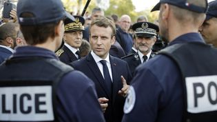 Emmanuel Macron s'est rendu en visite à Lyon, jeudi 28 septembre, pour rencontrer les représentants des forces de l'ordre sur le terrain. (LAURENT CIPRIANI / POOL)