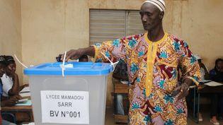 Un bureau de vote de Bamako (Mali), le 24 novembre 2013. (HABIBOU KOUYATE / AFP)