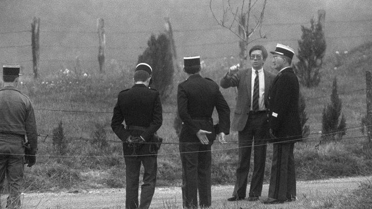 Le juge Lambert sur une scène de reconstitution du meurtre de Grégory Villemin, à Lépanges-sur-Vologne (Vosges), le 30 janvier 1985. (PATRICK HERTZOG / AFP)