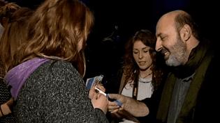 Cédric Klapisch se prête avec le sourire au rituel des autographes avec les lycéens  (France 3 Culturebox)