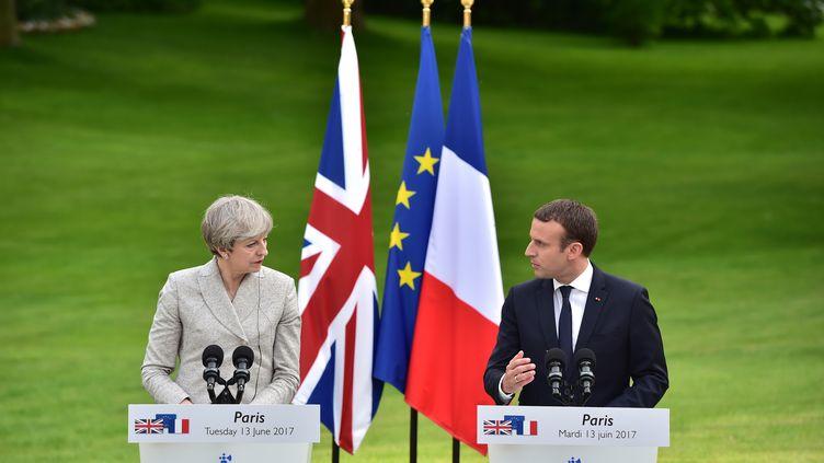 La Première ministre britannique Theresa May et le président français, Emmanuel Macron, à l'Elysée, mardi 13 juin 2017. (CHRISTOPHE ARCHAMBAULT / AFP)