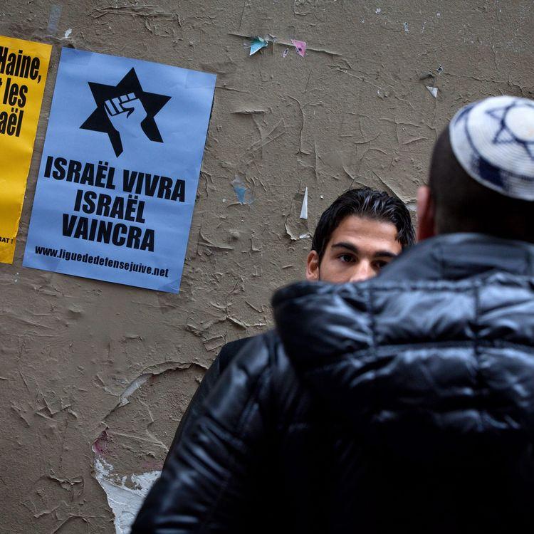 Des membres de la Ligue de défense juive photographiés dans la rue des Rosiers à Paris, le 17 octobre 2010. (MAXPPP)