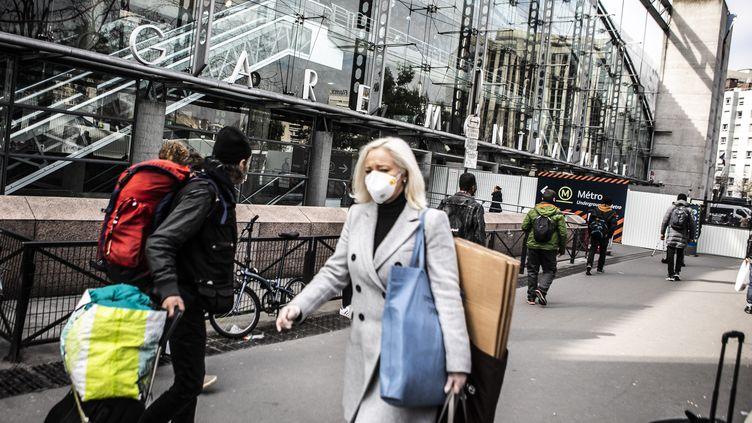 L'entrée de la gare Montparnasse, à Paris, le 17 mars 2020, en pleine pandémie de Covid-19. (YANN CASTANIER / HANS LUCAS)