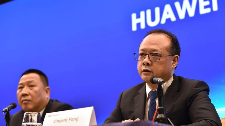 Le responsable juridique de Huawei, Song Liuping (à gauche), et le président du groupe pour l'Europe de l'Ouest, Vincent Pang, en conférence de presse à Shenzhen, mercredi 29 mai 2019. (HECTOR RETAMAL / AFP)