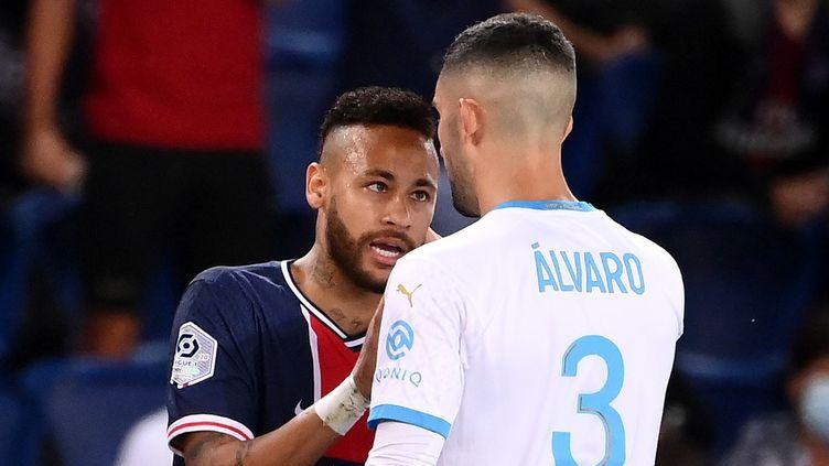 Neymar se disputant avec Gonzalez lors du match PSG - OM, le 13 septembre 2020. (FRANCK FIFE / AFP)