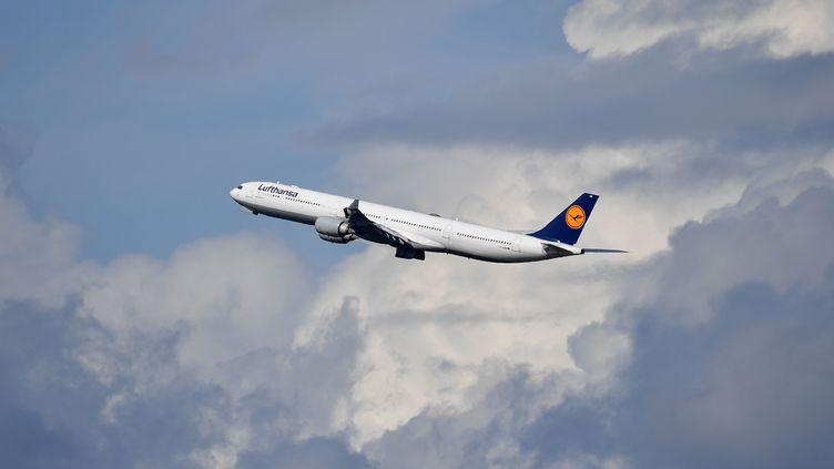 Un avion de la compagnie Lufthansa au décollage de l'aéroport de Munich (Allemagne), le 25 septembre 2019. (FRANKHOERMANN / SVEN SIMON / AFP)