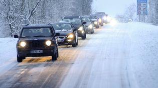 Des automobilistes roulent sous la neige àZoufftgen (Moselle) lors d'un précédent épisode neigeux, le 30 janvier 2019. (JEAN-CHRISTOPHE VERHAEGEN / AFP)